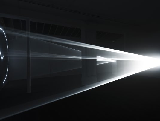 Anthony McCall, Leaving (With Two-Minute Silence), 2009. Double installation avec son. Durée : 32-minutes (3 éditions). Courtesy : Galerie Martine Aboucaya (Paris) et l'artiste. Photo : François Doury